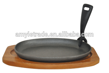 cast iron sizzler with wooden base, cast iron frying plate, cast iron skillet with wooden tray with lifting handle