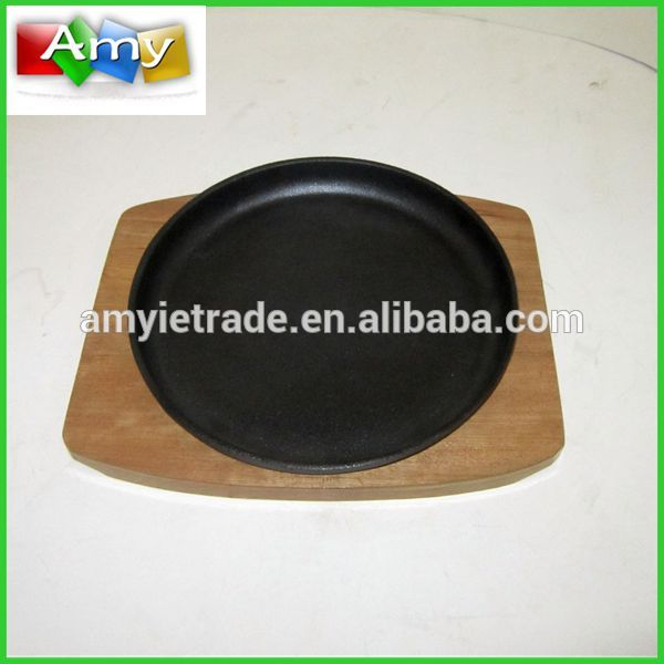 cast iron skillet with wooden tray