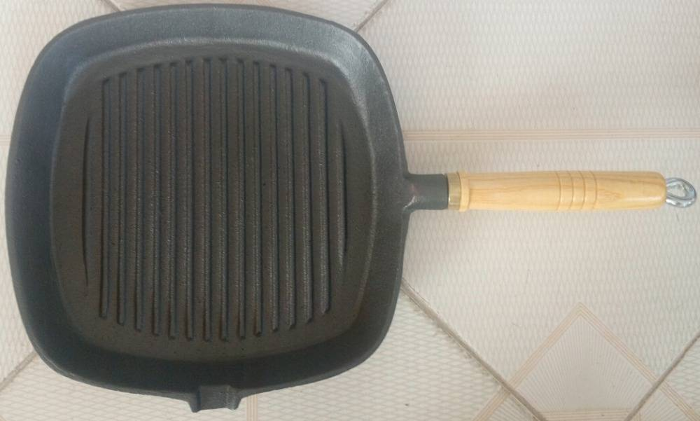 cookware cast iron wooden handle frying pan Featured Image