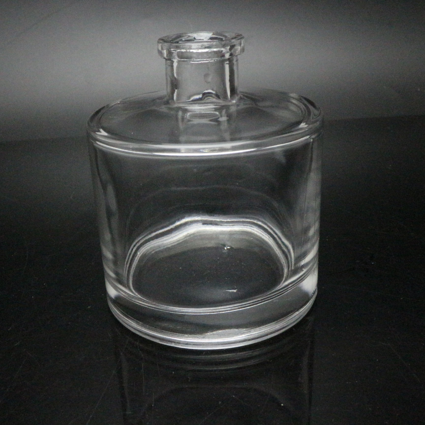 Reed Glass diffuser bottles with screw cap and plug