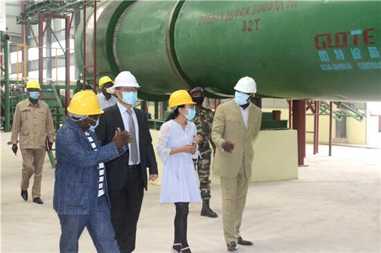 Warmly welcome The Congolese Minister to visit the quartz pickling production line of the Congolese customer