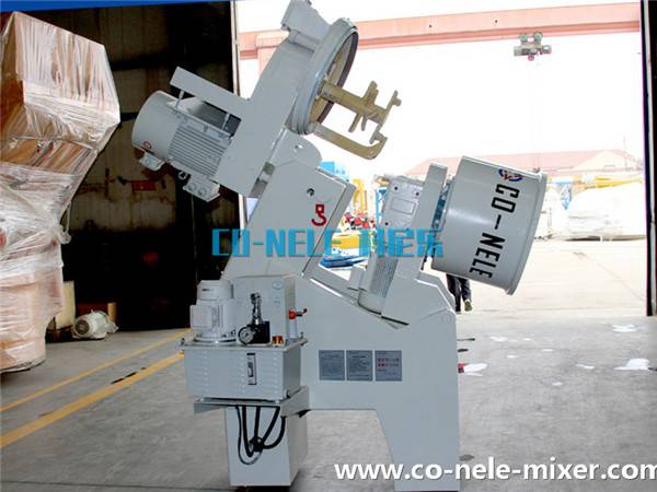 intensive mixer for refractory materials and a main mixing device