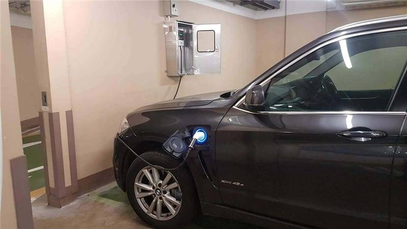 Home Charger in Residential Parking Lot 2018-01-08