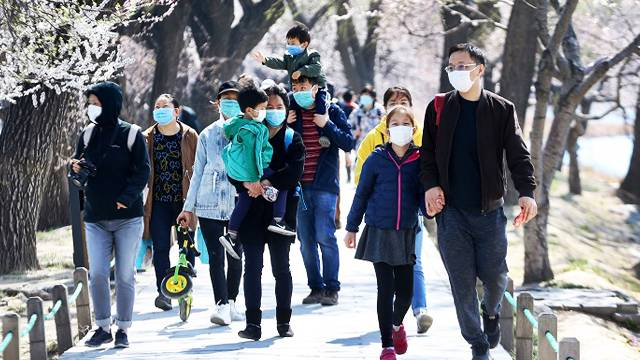Why healthy Chinese wearing face masks outdoors?