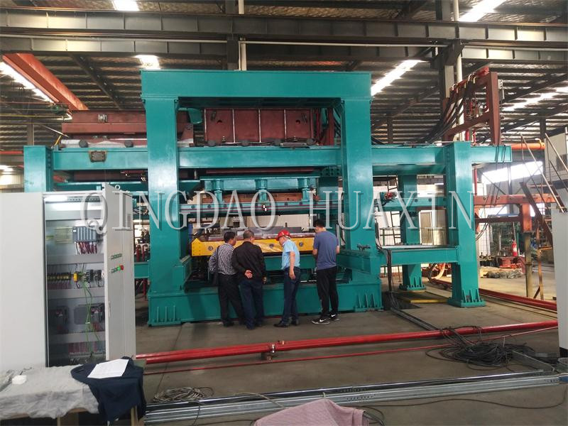 Customers are checking the automatic static molding line.