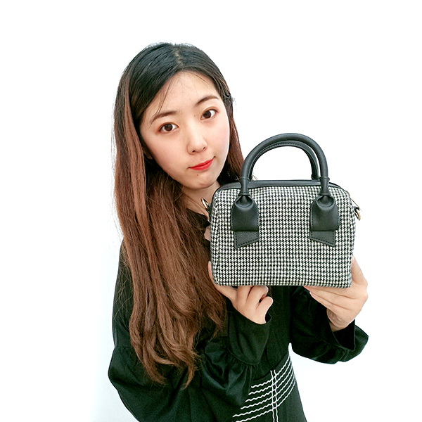 New chic retro mobile handbag plaid woolen bag versatile shoulder slung small square bag Featured Image