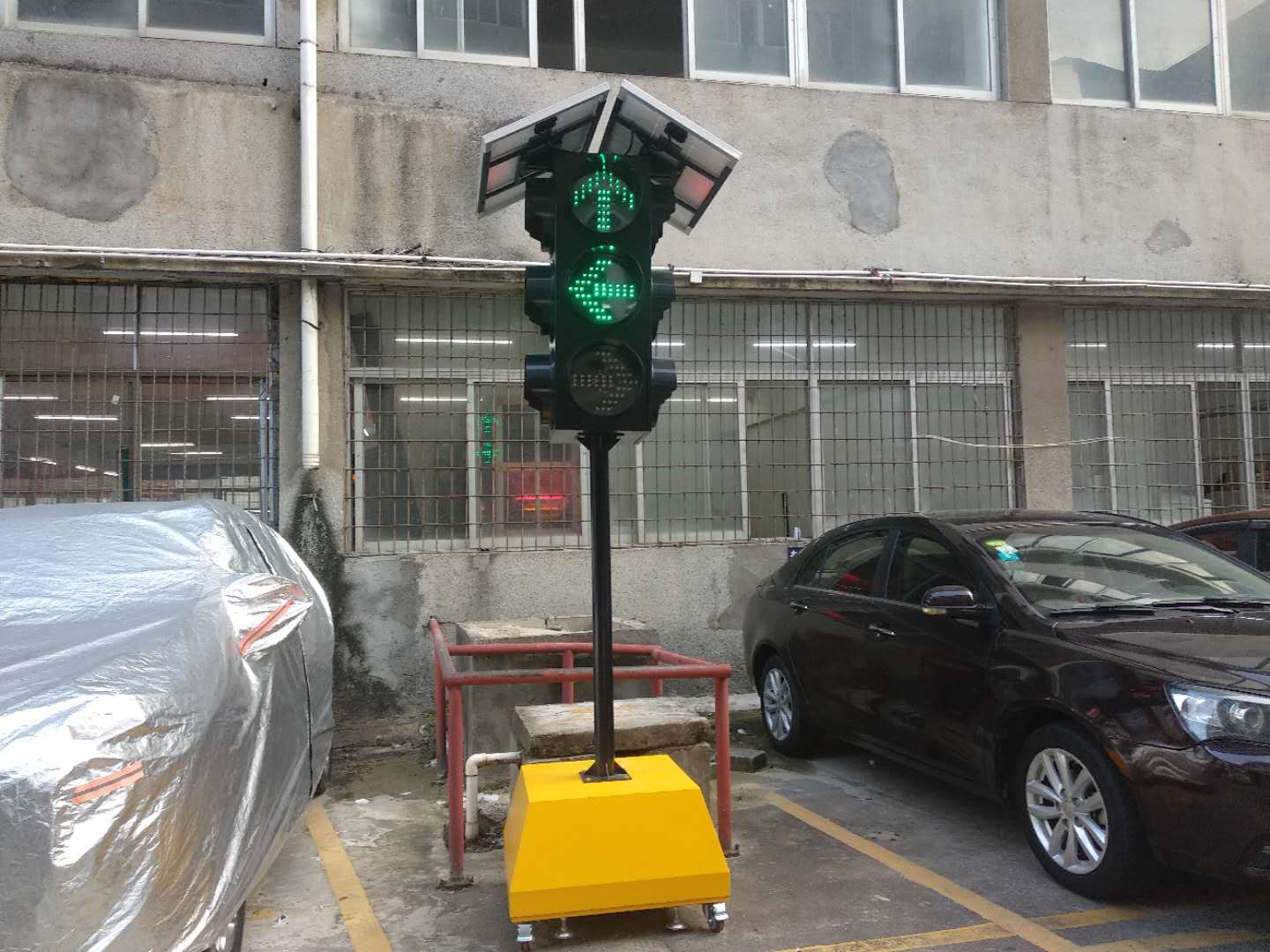 What are the working modes of the solar tri-color portable arrow traffic lights?