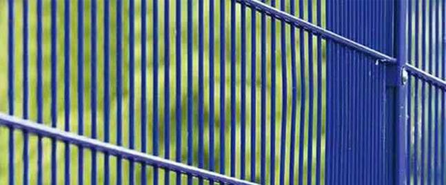 Specific method of installing airport fence