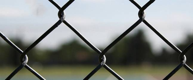 What should be paid attention to when installing the stadium fence?
