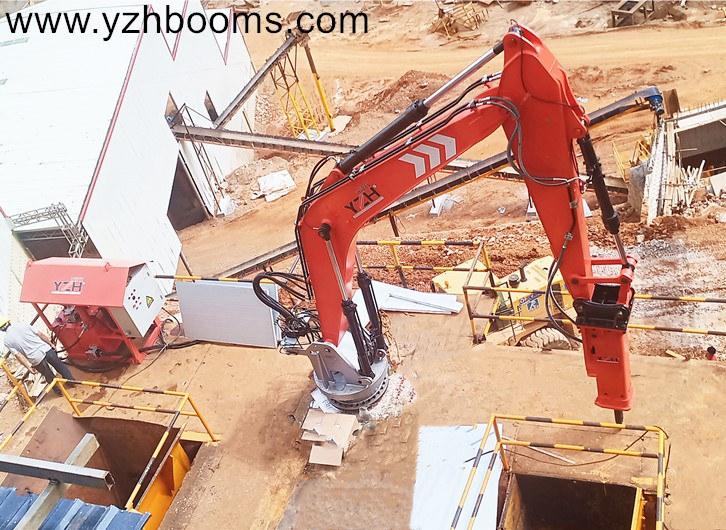 Pedestal Rock Breaker Boom Systems Assist Two Jaw Crushers To Break Oversized Boulders At Once